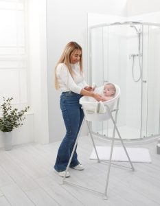 New-bath-stand-square-lifestyle-with-mum-and-baby — kopia