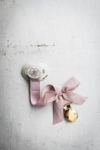 pol_pl_Elodie-Details-zawieszka-do-smoczka-Powder-Pink-3203_2